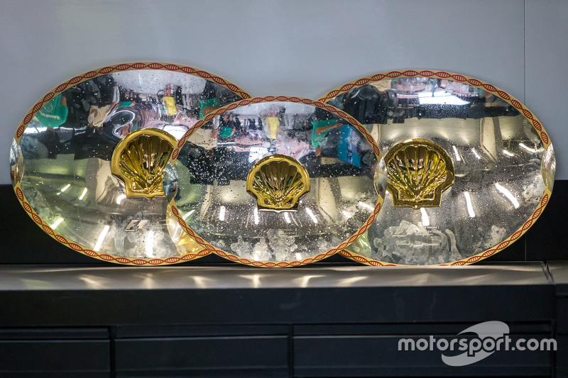 Trofi balapan diberikan kepada Mercedes AMG F1 team