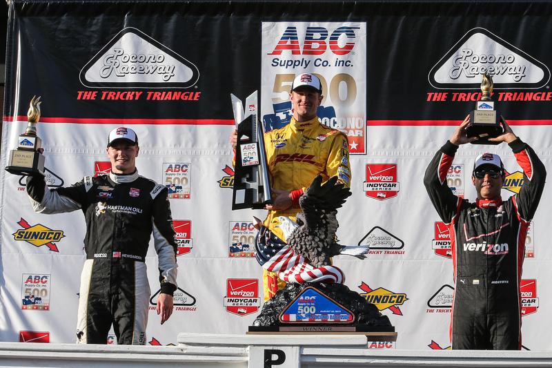 Race winner Ryan Hunter-Reay, Andretti Autosport Honda, second place Josef Newgarden, CFH Racing Che