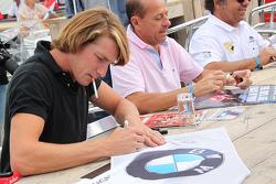 Freddie Hunt y Roberto Moreno firman autógrafos