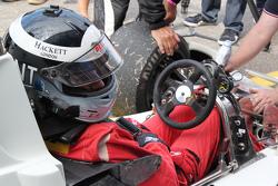 Freddie Hunt babasının Hesketh aracını sürüyor