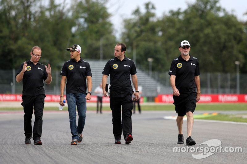 Pastor Maldonado, Lotus F1 Team with Mark Slade, race Engineer Lotus F1 Team