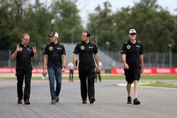 Pastor Maldonado, Lotus F1 Team with Mark Slade, race Engineer Lotus F1 Team
