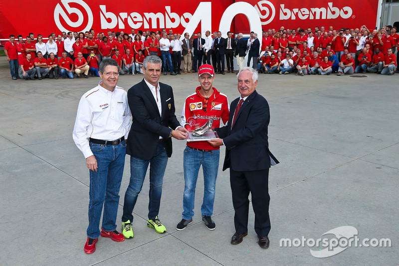 Sebastian Vettel und Maurizio Arrivabene, Ferrari-Teamchef, in der Brembo-Fabrik