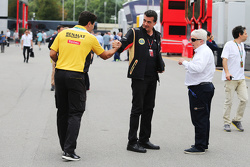 Federico Gastaldi, Lotus F1 Team Equipo director Adjunto Principal, Herbie Blash, FIA Delegado y un empleado de Renault Sport F1