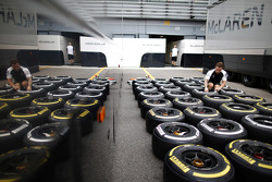 Инженер McLaren с шинами Pirelli
