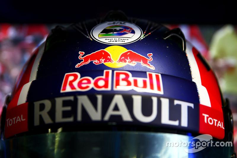 Aufkleber für Justin Wilson am Helm von Daniil Kvyat, Red Bull Racing