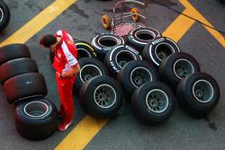 Ferrari monteur met banden Pirelli