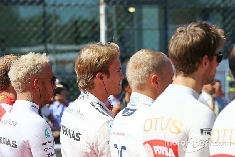 Lewis Hamilton, Mercedes AMG F1, und Nico Rosberg, Mercedes AMG F1, bei der Nationalhymne