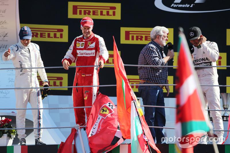 Podium: 2. Sebastian Vettel, Ferrari; 1. Lewis Hamilton, Mercedes AMG F1; 3. Felipe Massa, Williams mit Star-Wars-Erfinder George Lucas