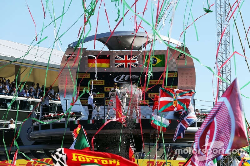 1. Lewis Hamilton, Mercedes AMG F1, und 2. Sebastian Vettel, Ferrari, feiern auf dem Podium