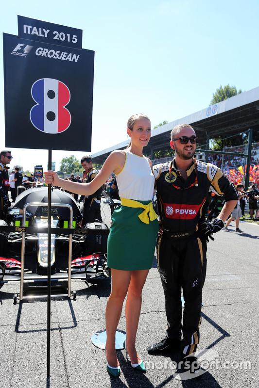 The grid girl for Romain Grosjean, Lotus F1 E23 and a mechanic