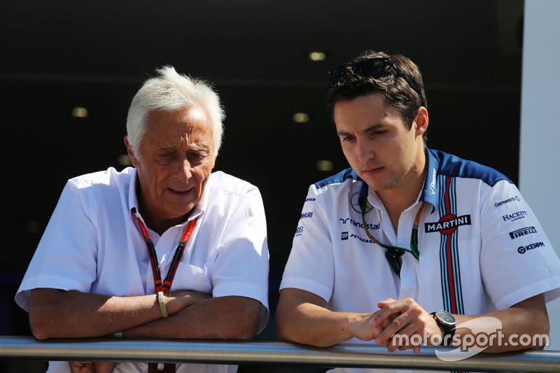 Bob Constanduros, Journalist und Streckensprecher, mit seinem Sohn Max Constanduros, Williams-Presse