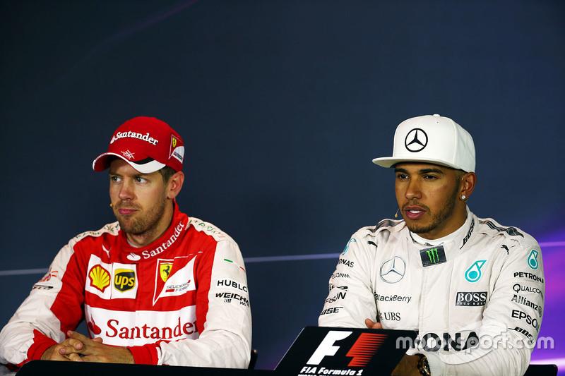 Sebastian Vettel, Ferrari, mit Lewis Hamilton, Mercedes AMG F1