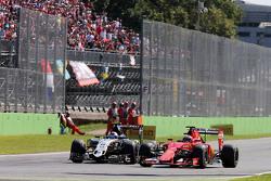 Sergio Pérez, Sahara Force India VJM08 F1 y Kimi Raikkonen, de Ferrari SF15-T batalla por la posició