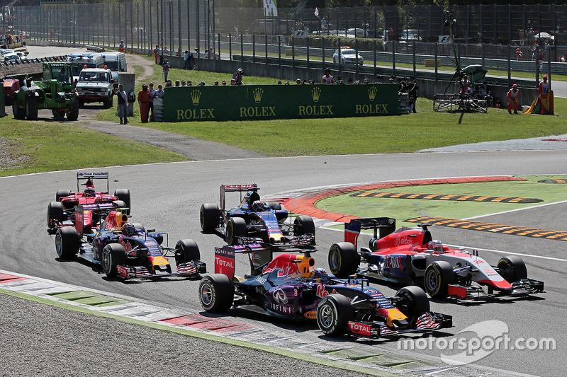 Daniel Ricciardo, de Red Bull Racing RB11 y Will Stevens, Manor Marussia F1 Team en el inicio de la carrera