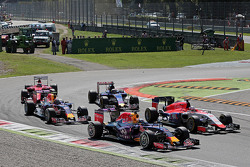 Daniel Ricciardo, Red Bull Racing RB11 and Will Stevens, Manor Marussia F1 Team at the start of the race