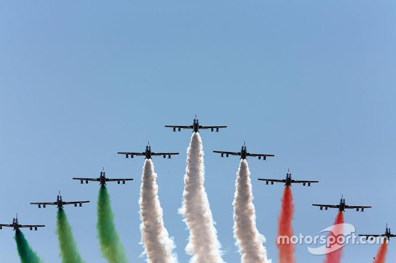 Aviones sobre vuelan el circuito dejando una estela con los colores de la bandera italiana