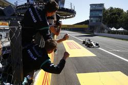 Lewis Hamilton, Mercedes AMG F1 W06, se lleva la victoria