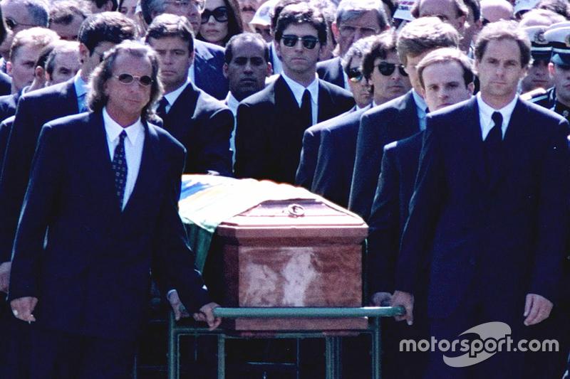 Emerson Fittipaldi, Jackie Stewart, Johnny Herbert, Derek Warwick, Gerhard Berger, Rubens Barrichello, Thierry Boutsen, Alain Prost ve Damon Hill, Ayrton Senna'nın cenaza töreninde