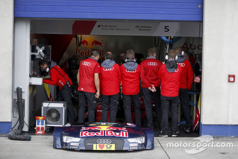 Mechanics on front of the car of Mattias Ekström, Audi Sport Team Abt Sportsline, Audi A5 DTM