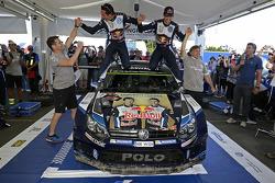 夺冠时刻:塞巴斯蒂安·奥吉尔、朱利安·英格拉西亚庆祝澳大利亚拉力赛的冠军以及提前卫冕2015 WRC年度冠军
