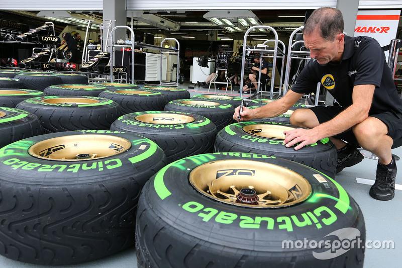 Mecânico da Lotus F1 Team cuida dos pneus