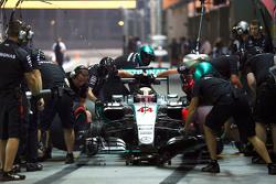 Льюис Хэмилтон, Mercedes AMG F1 W06 тренирует пит-стоп