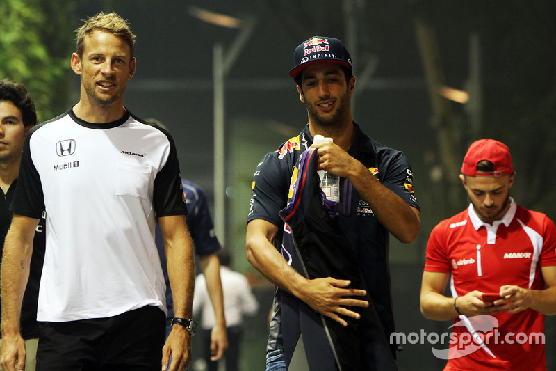Jenson Button, McLaren, mit Daniel Ricciardo, Red Bull Racing