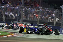Marcus Ericsson, Sauber C34 y Jenson Button, McLaren MP4-30 luchan por la posición