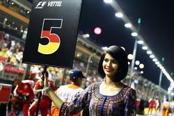 Grid girl voor Sebastian Vettel, Ferrari