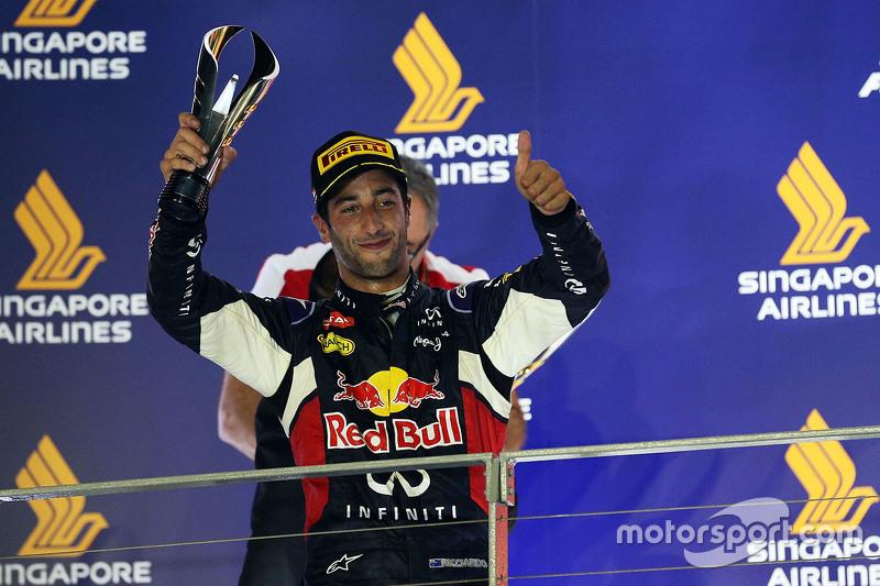 Daniel Ricciardo, Red Bull Racing, feiert Platz zwei auf dem Podium