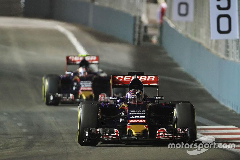 Max Verstappen, takım arkadaşı Carlos Sainz Jr.'ın önünde