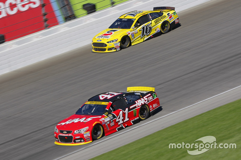Kurt Busch, Stewart-Haas Racing Chevrolet and Greg Biffle, Roush Fenway Racing Ford