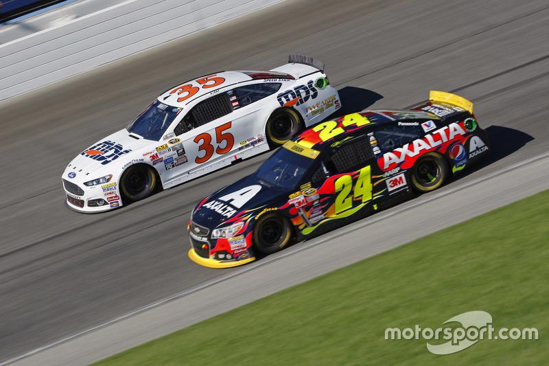 Jeff Gordon, Hendrick Motorsports Chevrolet; Cole Whitt, Front Row Motorsports Ford