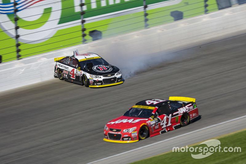 Kurt Busch, Stewart-Haas Racing Chevrolet; Kevin Harvick, Stewart-Haas Racing Chevrolet