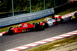 Alain Prost, Ferrari, und Ayrton Senna, McLaren, kollidieren in der ersten Kurve