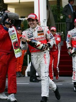 Fernando Alonso con champagne