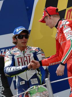 Podio: Segundo lugar Valentino Rossi felicita al ganador  Casey Stoner