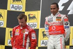 Podium: Sieger Lewis Hamilton mit Kimi Räikkönen