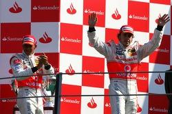 Подиум: победитель гонки Фернандо Алонсо и Льюис Хэмилтон