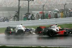 Robert Kubica,  BMW Sauber F1 Team choca con Lewis Hamilton, McLaren Mercedes