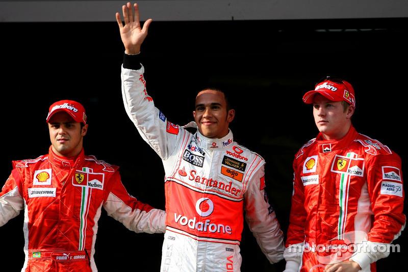 Ganador de la Pole Position Lewis Hamilton, McLaren Mercedes, MP4-22, segundo puesto, Kimi Raikkonen, Scuderia Ferrari, F2007, tercero Felipe Massa, Scuderia Ferrari, F2007