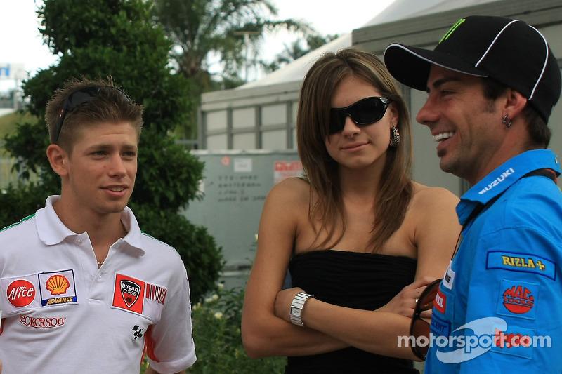 Casey Stoner et sa femme, Adriana parle avec John Hopkins - Grand Prix de Malaisie - Photos ...