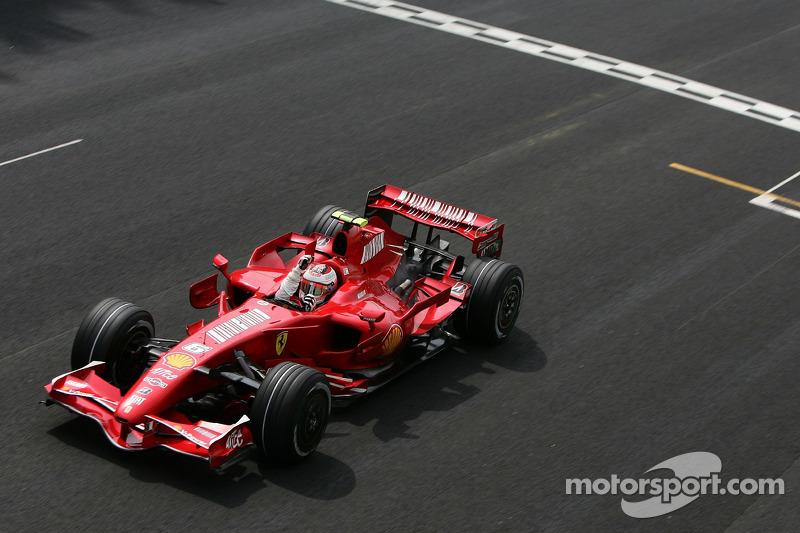 """2007 - Kimi Räikkönen (<a href=""""http://fr.motorsport.com/f1/photos/main-gallery/?r=17986&y=2007"""">Galerie</a>)"""