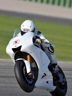 El Campeón del Mundo de 250cc Jorge Lorenzo prueba la Yamaha YZR-M1 por priimera vez