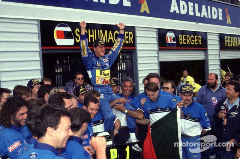 Campeón de la Fórmula 1 1994, Michael Schumacher celebra con su equipo.