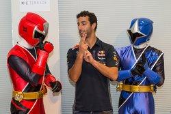 Daniel Ricciardo, de Red Bull Racing se encuentra con el Shuriken Sentai Ninninjyaa