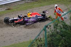 El Red Bull Racing RB11 de Daniil Kvyat es removido de la pista después del choque