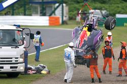 La Red Bull Racing RB11 de Daniil Kvyat est enlevée par les commissaires après son accident