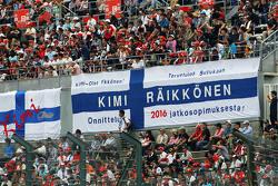 Les fans dans la tribune avec des bannières pour Kimi Raikkonen, Ferrari